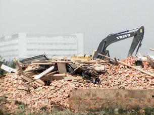 图片:4月6日,武汉流芳泉岗村养殖户殷有松家的三层楼房被强拆(业主提供/记者乔龙)