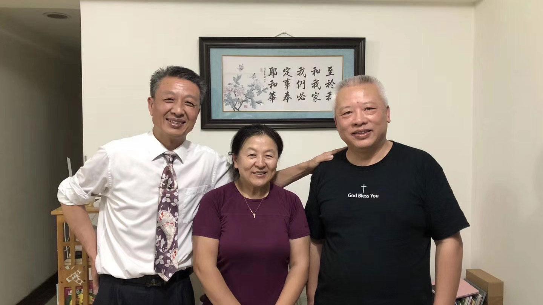 贵阳仁爱教会张春雷长老(右一)与广州圣经归正教会黄小宁牧师。(微信图片)