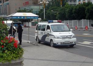图片:乌鲁木齐街头,特警持枪戒备(市民提供)