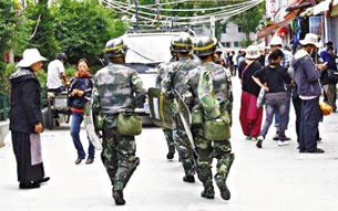 图片:拉萨八廓街武警巡逻。(记者乔龙提供)