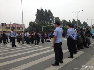 图片: 公安及防暴队员站在路中央设防。 (中国茉莉花革命网)