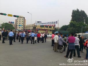 图片: 另一批下塘村村民堵路抗议。 (中国茉莉花革命网)