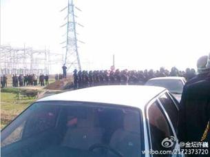 图片:示威者与防暴公安对峙(新浪微博)