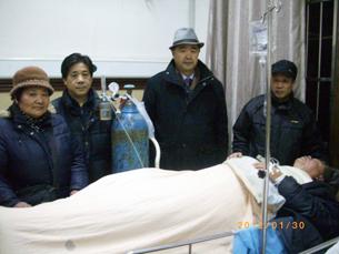 图片:沈佩兰、冯正虎、夏律师、童国菁守护着病危中的王扣玛。(参与网)