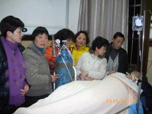图片:徐洁琴、郑培培、朱金娣、金月花、李兰贞、鲁俊守护着病危中的王扣玛。(参与网)