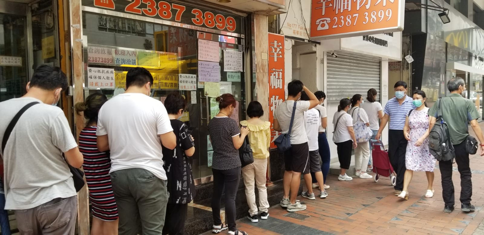 香港一银行门口,排队的人龙近百米。(记者:邓颖韬摄)