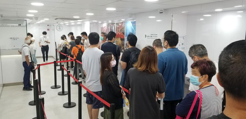 香港深水埗一找换店门外,市民排队等候。(记者:邓颖韬摄)