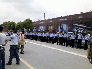 图片:警察在万达广场外筑起人墙。(中国茉莉花革命网站)