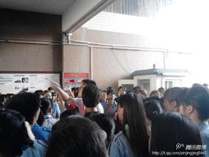 图片:工人聚集在厂内讨论。(中国茉莉花革命网站)