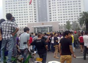 图片:死者亲友和同乡在市政府外请愿。(腾讯微博)