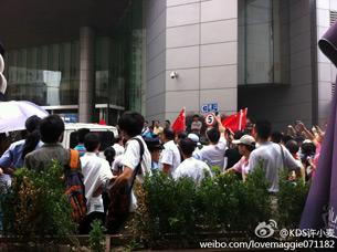 图片: 上海南京东路一家百货公司门口,示威者举行反日游行。 (新浪微博/记者乔龙)