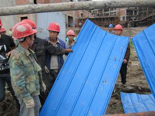 图片: 施工人员殴打村民后,继续进行强拆。 (中国茉莉花革命网)