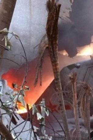 图片:起火中的战机机翼显示,不是当局早前所称的直升机。(新浪微博)