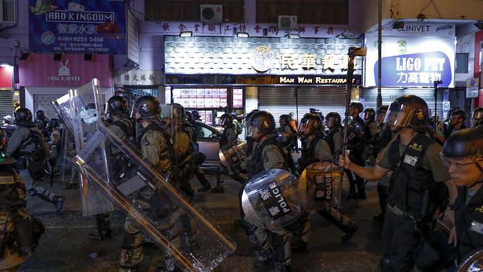 2019年8月17日,香港警察试图驱散集会游行的民众。(美联社)