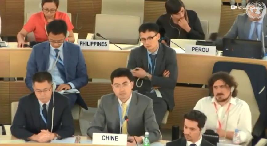 中国常驻日内瓦联合国代表团官员戴德茂打断何韵诗的发言,用中文还击。(视频截图)