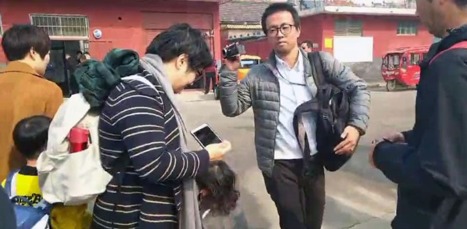 李文足和陪同她前来的709家属,遭国保贴身维稳。(知情人士摄於2019年10月18日上午)