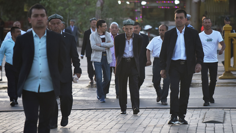 美通过《维吾尔人权政策法案》规定,美国将会制裁侵犯人权的新疆政府官员。评论认为,部分汉族官员和民众,为避免受到美国制裁,会选择离开新疆。(资料图/法新社)