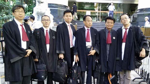中国学者張雪忠(左三)因长期发表批评中共体制的言论遭到报复,于2019年被吊销律师执照。图为他在2014年与其他维权律师为广州民主人士郭飞雄担任代理律师。 (隋牧青提供)