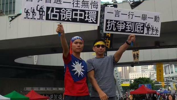 不久前来到美国的中国大陆青年钟勇(左)2014年在香港声援占中(钟勇提供)
