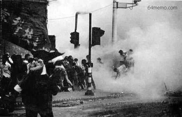 1989年6月4日早晨,撤退中的学生队伍在六部口遭到追来的坦克施放催泪弹攻击。(六四档案图)