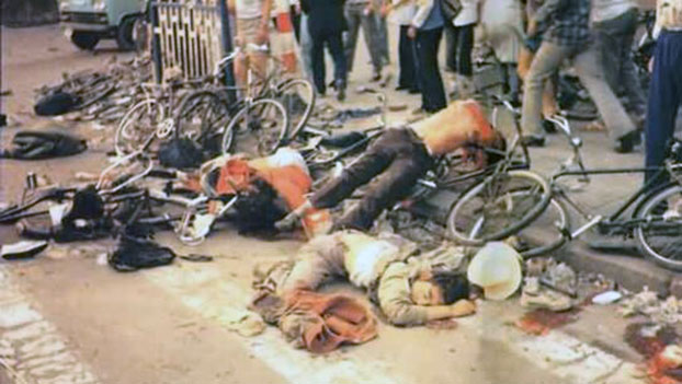 1989年6月4日早晨,六部口被坦克碾压而死的学生尸体。(六四档案图)