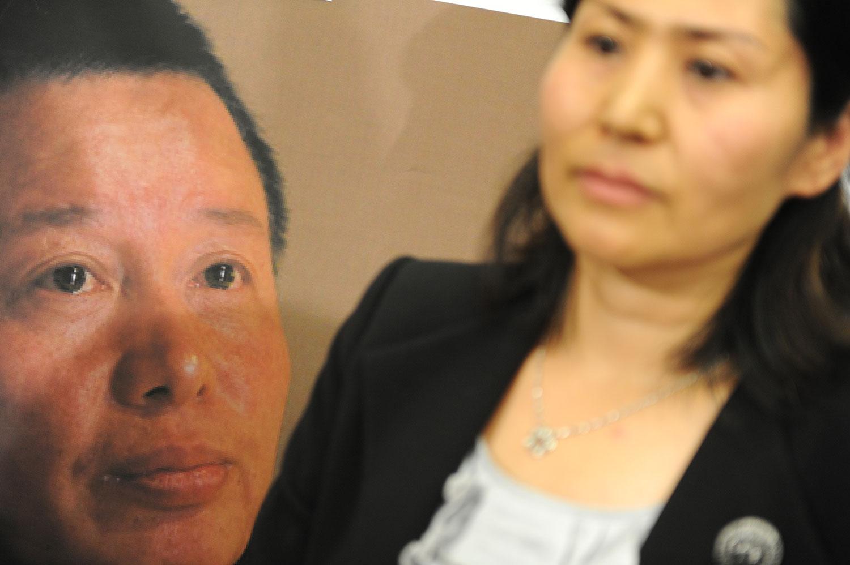 资料图片:2011年1月18日,耿和在美国华盛顿记者会上呼吁寻找下落不明的高智晟。(法新社)