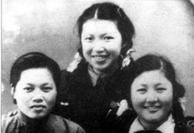 母亲许宪民 (左)、姐姐林昭(中)、妹妹彭令范。林昭上中学时, 一九四八年摄于苏州。(档案资料照)