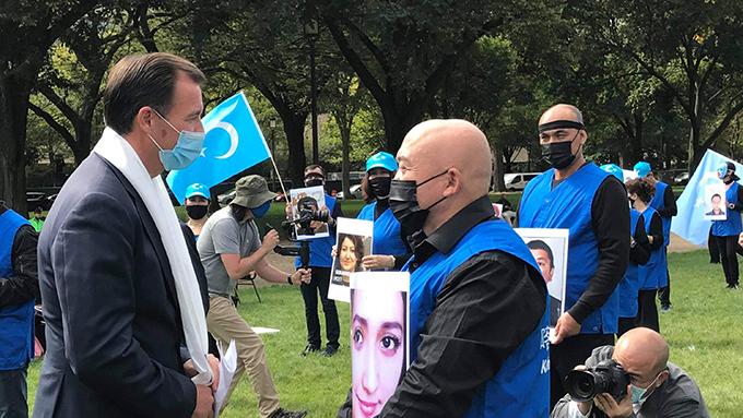 美国联邦众议员苏奥齐(Tom Suozzi)与现场抗议民众互动(视频截图)