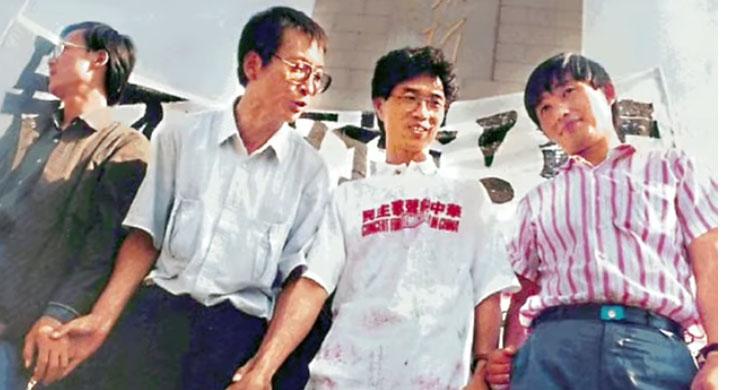 1989年刘晓波(左二)在天安门广场与学生并肩而战。 (视频截图/youtube/The last words of Liu Xiaobo)