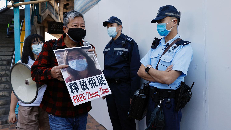 资料图片:2020 年 12 月 28 日,民主派支持者在香港中联办外声援公民记者张展。(路透社)