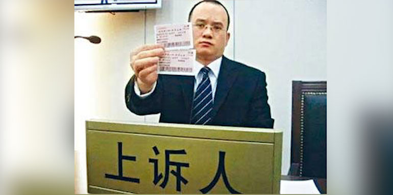 维权律师郝劲松曾状告铁道部春运涨价。(推特图片)