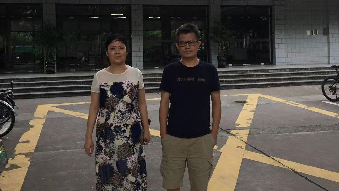 原名杨茂东的郭飞雄出狱后与姐姐杨茂平在母校华东师范大学留影。(杨茂平独家提供,拍摄日期不详)