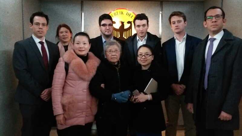 """2019年2月14日,""""六四天网""""创办人黄琦的母亲蒲文清(前排中)和5个国家的外交人员会面。(胡贵琴独家提供)"""