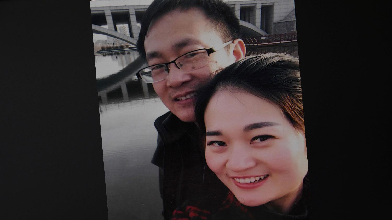 照片摄于2015年2月,维权律师王全璋(左)和妻子李文足在山东五莲。(法新社图片)