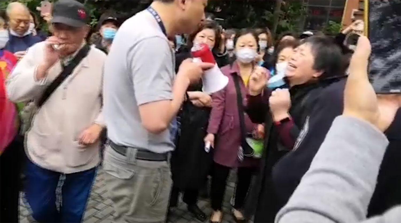 """2020年5月6日,大批上海""""银来""""集团涉嫌诈骗的受害人,到浦东的派出所请愿。(视频截图)"""