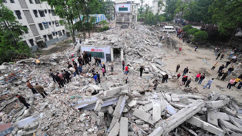 图为四川都江堰市聚源中学在地震中被夷为平地,一千多师生遭活埋,但附近的楼房却没有倒。(AFP)