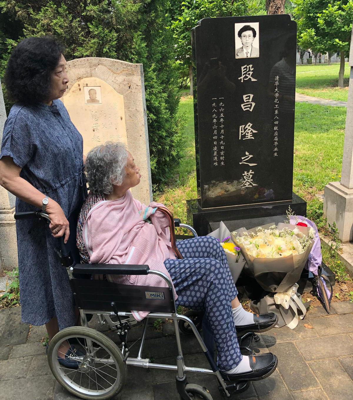 2019年6月4日,天安门母亲成员在北京万安公墓拜祭。(天安门母亲提供)