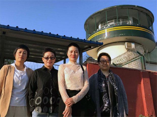 2019年6月20日,左起:原珊珊、刘二敏、李文足和王峭玲在临沂监狱北大墙外。(推特图片)