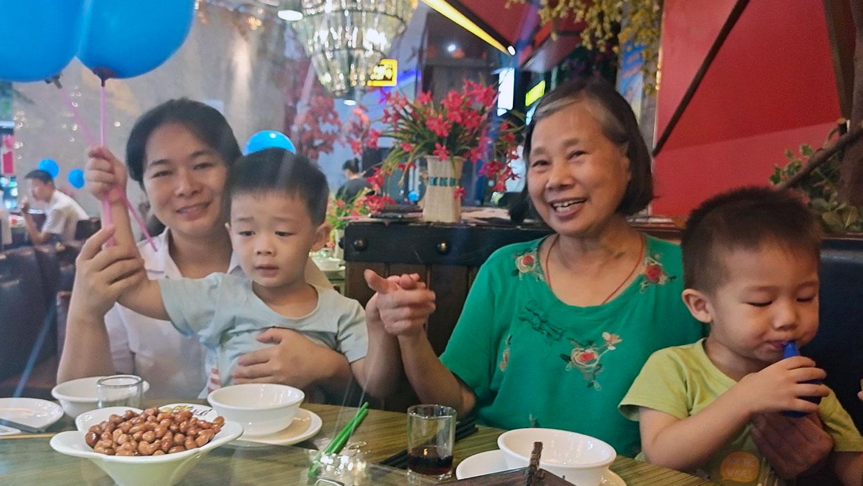 歐彪峯失去自由後,家有兩名年幼子女的魏歡歡(左一)成爲家中經濟支柱。 (魏歡歡獨家提供, 拍攝日期不詳)