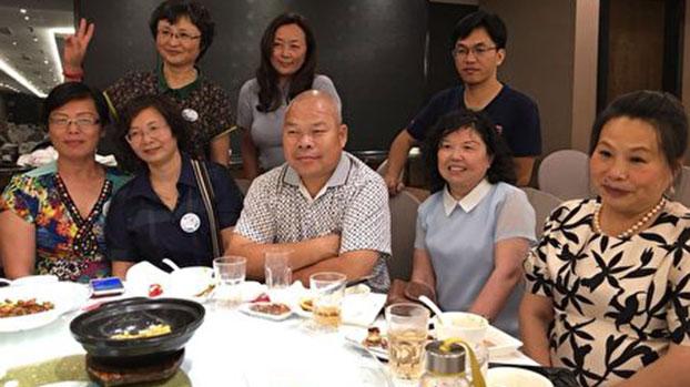 资料图片:2018年6月2日,陈家鸿律师(前排中)和上海股民餐叙合影。(受访者提供)