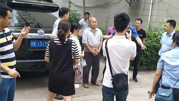 2019年4月29日,广西人权律师陈家鸿(中)被警察抓捕。 (覃永沛律师提供)