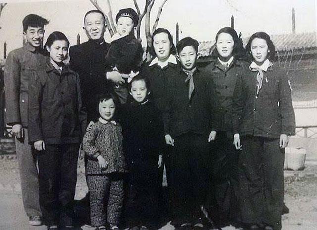 羅宇年少時和家人的合照,前排右起第三人,戴紅領巾的少年是羅宇。(圖/高瑜推特)