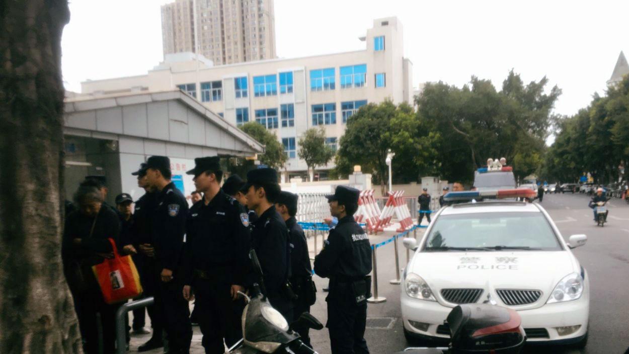 """2019年11月22日,福建一批公民到福州市仓山区法院外声援""""鞭炮案""""涉案人,受到当局阻止。(严兴声独家提供)"""