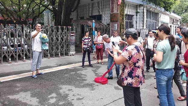 2018年9月12日,大批公民在福州市第一看守所门外准备迎接维权人士严兴声。(庄磊独家提供)
