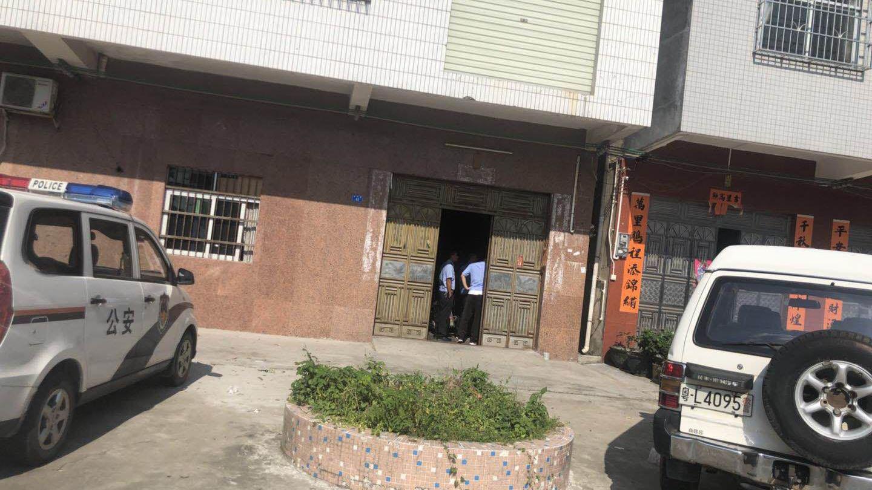 资料图片:2018年8月9日,惠州市园洲镇公安采取突击行动,以消防安全为由查封卫小兵开设的工厂。(卫小兵独家提供)