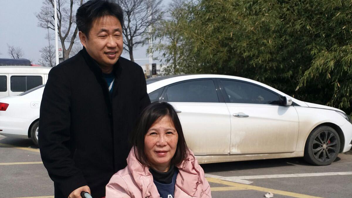 2018年3月22日,律师谢阳(左)由北京维权人士倪玉兰陪同,前往徐州铜山区公安局,要求会见维权律师余文生。(倪玉兰独家提供)