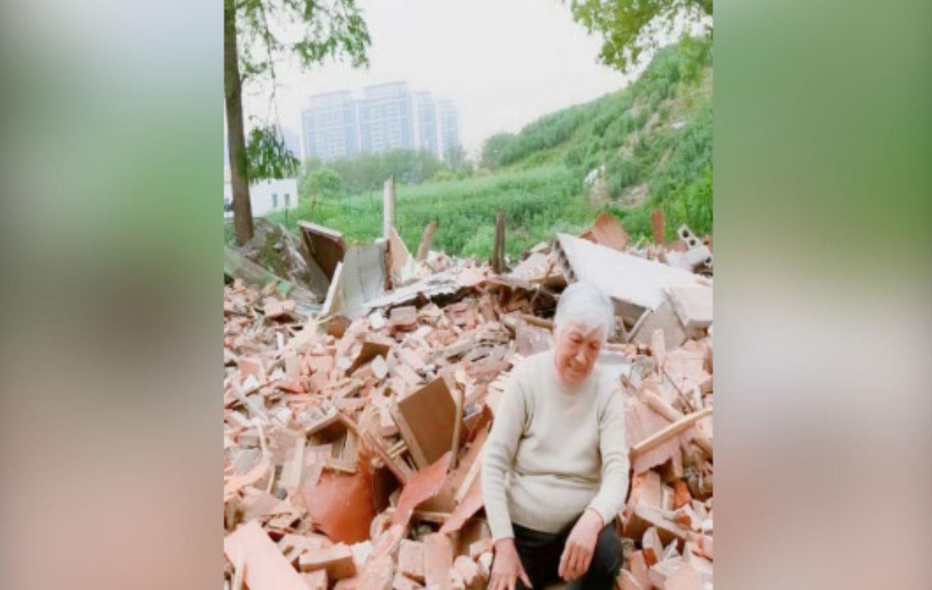 面对房子拆后的瓦砾,陶红80多岁的婆婆(图)欲哭无泪。(陶红提供,拍摄日期不详)