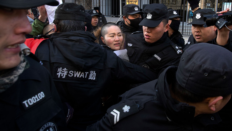 资料图片:2018年12月28日,「709案」王全璋妻子李文足到北京最高人民法院请愿时,遇到警察和保安驱赶。(AP)