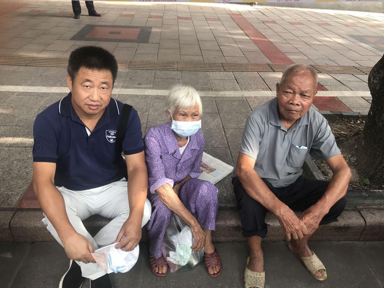 2020年6月23日,律师谢阳(左)陪同陈家鸿父母到法院庭听审。(被访者提供)