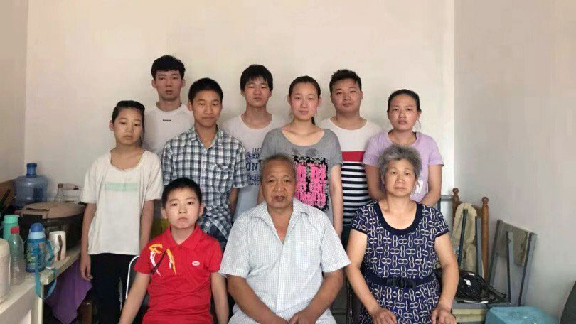 胡大料(前排右一)与丈夫李三虎(前排中)成为河南当局稳控对象。大儿子(后排左一)侥幸没有被当局带走。(被访者独家提供,拍摄日期不详)